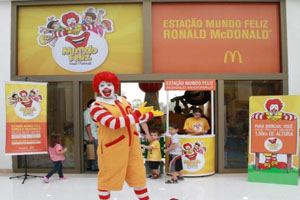 Ronald McDonald anima|férias no West Plaza